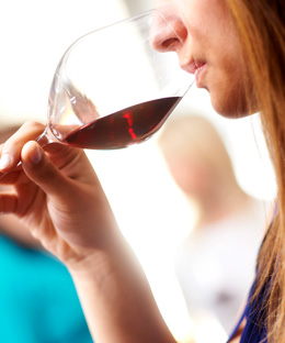 © BIVB / IMAGE & ASSOCIES Tasting a red wine